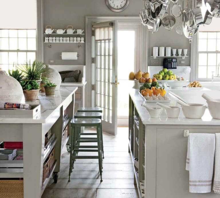 Trendy warm gray painted kitchen